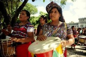 mujeres tocando tambores