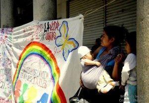 pancarta y una mujer con bebe